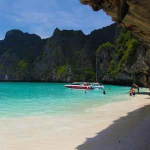 Speaking of beach vacays, since I'm still working on my #Maldives post, I'll be posting a series of breathtaking photos we took a few years ago in #Phuket instead.  First up - we have gorgeous sand and waters from Maya Bay in Ko Phi Phi Lee, where the movie, #TheBeach was filmed. 😉 📷: YT, Creative Director of @honeyzpainthouse  #clozette