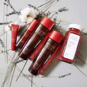 Power up your skin's glow with #EsteeLauderSG's newest addition to their Nutritious Vitality8 skincare range! The Potent Pomegranate Complex helps to detox and recharge your skin for a more radiant look. Their Radiant Energy Lotion come in two new formulations: Intense Moist and Fresh Moist ($76). Not forgetting the entirely new addition: 1️⃣ Radiant Energy Mist ($40) and 2️⃣ Pomegranate Glossy Lip Balm ($40). Available in stores now!! ❤️❤️❤️ #nutritiousvitality8 #clozette