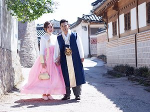 안녕하세요!  Throwback to us in Joseon Dynasty. 😁😁😁 Just kidding!  Playing dressup with my #seoulmate. I think he looks happier than I am wearing the #hanbok. Hahaha!  We walked around #bukchonhanokvillage and #gyeongbokgung together with our English speaking private tour guide Jake from This Is Korea. He doubles up as our semi professional photographer and driver as well. This is not a sponsored post, but I think he has done a very good job. For USD350 for 2 pax, you can customise your own tour and the guide will bring you around and take photos for you with his professional camera. This is a shot using our own camera and it turns out very nice already. Can't wait to check out the pics he has taken.  We are enroute to Nami Island. Gonna catch a wink for now. 📷@koreatourjake  #sharonnmark #sharoninkorea #sharoninseoul #joseondynasty