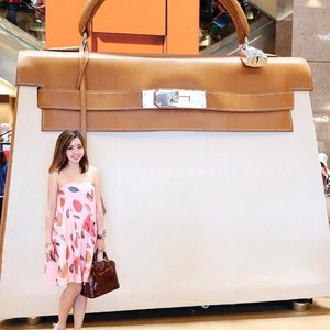 Throwback pic from last weekend.  How often do you see a super-sized fantasy @Hermes Kelly bag? 👜 #hermes #hermeskelly