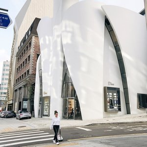 Where a designer house @dior and a world famous dubbed Picasso of Pastry for his macarons @pierrehermeofficial opens a joint café, I guess it is a must see. The building is a manifesto designed by Christian de Portzamparc. Worth a visit and to spend some money on.  #dior #pierreherme #sharoninkorea #sharoninseoul