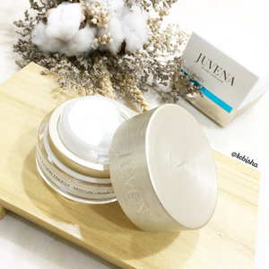 Europe-based anti-aging cosmetics expert JUVENA will make available it's latest ranges in Singapore! ✨All JUVENA products & treatments are formulated with its brand's proprietary SkinNova SC Technology. It works to create the optimal micro environment for all skin cells to regenerate. ✨I have here with me is the Skin Energy Moisture Cream ⭐️Contains Long- and short- chain Hyaluronic Acid to moisturise and smoothens upper epidermal layers of skin. ⭐️Presence of Vitamin E binds free radicals and prevent destructive action in lipids, cells and cells membranes ⭐️Texture is creamy but lightweight! (Swipe to my next picture). ⭐️Can use for both day and night. ⭐️Retails at $108 for 50ml ⭐️For Salon listing please call 6272 3898 and for more info visit http://juvena.com/en/ #juvena #juvenasg #skincare #beauty #moisturiser #luxuryskincare #clozette #huntingtoncomms