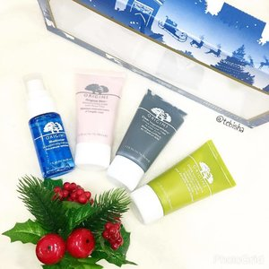 2 days to weekend! Haven't start your Christmas shopping? Visit @origins.sg this week to check out their Christmas Sets! This set of Mask Marvels is perfect for all Mask lovers. Consist of 4 of their superb Mask products. ☘️Maskimizer Skin-Optimizing Mask Primer (30ml) ☘️Original Skin Retexturizing Mask with Rose Clay (50ml) ☘️Clear Improvement Active Charcoal Mask to Clear Pores (50ml) ☘️Drink-up Intensive Overnight Mask to Quench Skin's Thrist (50ml) Price: S$68 (Up $92, 26% Savings!) There are quite a few awesome gift sets like: 🎁Mini Soufflé Sampler - S$68 🎁Radiance Ready - S$78 🎁Go Ginger - S$28 🎁Handy Hydrators - S$40 Start shopping away for these awesome products now! 😉 #originssg #origins #mask #maskmarvels #skincare #christmas2016 #christmassg #christmasidea #christmasgift #beauty #clozette #maskimizer