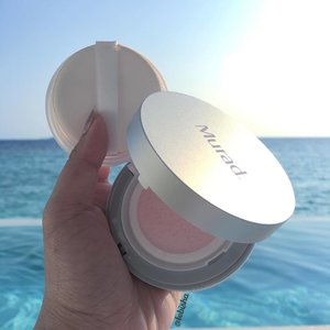 Trying out Murad latest product MattEffect Blotting Perfector at Maldives. I'm using it as a finishing product to replace my pressed powder. Cooling effect at the beginning and slowly it turned into matte which allows my makeup stays even under the hot weather! I really love this, I made a good decision to bring it with me.m to Maldives. It keep my makeup Long-lasting after an hour of photoshoot under the hot sun. ✨Murad MattEffect Blotting Perfector is now available at @sephorasg #murad #muradsg #muradskincare #muradmatteffectblottingperfector #skincare #makeup #beauty #sephorasg #clozette #touchpr #tebishatravel #maldives #travel #travelogue