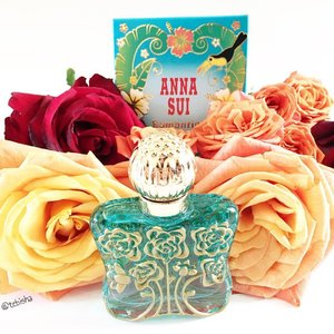 Anna Sui fragrance new edition Romantica Exotica has the American-Chinese designer evoking a tropical island full of exotic fruits and her dream of romance, freedom and happiness. 🍋Fresh top notes of lemon, grapefruit and blackcurrant give an exotic fruit impression. 🌷The floral heart develops with jasmine, lotus and neroli. ☁️Sandalwood, gardenia and cottonwood remain in the base. The fragrance is available as a 30, 50 and 75 ml Eau de Toilette at all #AnnaSuiSG counters. #annasui #fragrance #perfume #annasuifragrance #beauty #clozette #luxasia #luxasiasg