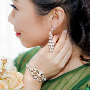 It was less than one week ago when I donned this beautiful pair of Peacock earrings matched with this gorgeous and versatile flower bracelet from @chomel_accessories. 👑 As my evening gown was peacock inspired,  it was love at first sight! 💞 Picking the bracelet was not as easy though as Chomel offers so many different designs in-store at very affordable prices!  Fortunately I had the help of the kind ladies at #ChomelSG to pick this elegant bracelet which I could wear for my second dress as well. 😄  BTW, Chomel is having a GSS sale where you'll get a free pair of infinity earrings or a strand of faux pearl necklace on top of the various discounts in store! 😍😍😍 I bought all my bridesmaids and family gifts from Chomel and was thrilled when I got my freebies haha!  More wedding photos are coming in and I can't wait to show everyone what I picked for my second gown! 😚  #clozette