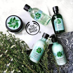 I always favour minty hair products as they clear and refreshes my mind while providing anti-bacterial properties!TheBodyShop's new Fuji Green Tea Hair Scrub does just that. 🌿🍃🌿 It contains a blend of Japanese green tea,mint menthol, salt crystals, community Trade honey and issilicone-free. The product also stimulates bloodflow and whisks away impurities such as dust, smoke,sweat, and styling residue,purifying my scalp and mind! Complete the bath time routine with shampoo, conditioner, bath and lotion all from the same range at S$15 each. Scrub retails at S$29. Im now off for another refreshing wash!💧💧💧 #thebodyshopsg #fujigreentea  #clozette