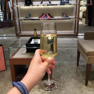 Enjoying a glass of bubbles after my VIP ~ Very Important Purchases @ferragamo boutique...Impeccable service from the sales consultant at Old Bond Street...makes me feel like a celebrity😎 .  #ShenWendys #salvatoreferragamo #ferragamo #shopping #London #luxury #highlife #celebrity #bubbles #champagne @bloggerbabes #bloggerbabes @glambassadorofficial #glambassadorofficial #glambassador #lifestyle #glamourous #indulgence #clozette @clozetteco #thehappygal #fashion #fashionblogger #fblogger #uk