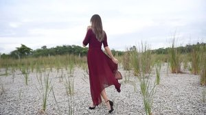 Hi loves! I have recently fell in love with midi skirts and this has got to be the most flattering skirt ever!❤️ I've decided to put together a maroon outfit from @thenewstyletheory featuring the @keepsakethelabel Clarity Skirt with a maroon top and a cute little leather bag 💃🏻 Hope you enjoy this video and tell me if you like this outfit too!😘 Off to style my next outfit❤️ • • • • • #chloewlootd #thenewstyletheory #womenofstyletheory #sustainablefashion #clozette