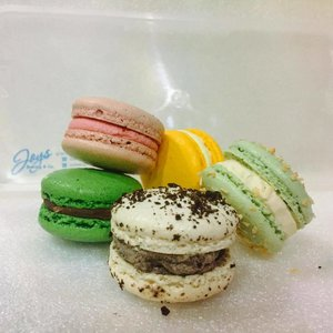 By far the most delicious macarons I've had! And the best thing, it's free! I won it from @joysbaking giveaway and I'm in love with their macarons! These little babies are made fresh and they are not too sweet like many other brands out there! Featured here are Milo Dino, Strawberry Milk, Cookies & Cream, Passionfruit & my favourite, the Pandan Gula Melaka with coconut sprinkles! 😍 #michbites #macarons #dessert #dessertlover #joysbaking #local #supportlocal #clozette