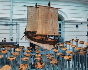 In 1998, a shipwreck was discovered off Belitung Island in the Java Sea. It contained a remarkable cargo of more than 60,000 ceramics produced in China during the Tang dynasty, as well as luxurious objects of gold and silver. Bound for Iran and Iraq, the ship provides early proof for strong commercial links between China, Southeast Asia, and the Middle East.  Travelling to Singapore? Plan your itinerary with KKday ➡ http://bit.ly/2bRQPlj  #asiancivilisationmuseum #acmsg #sgmuseums #exploresingapore #sghistory #singaporehistory #clozette #starclozetter #clozettebloggerbabes #fashionblogger #fblogger #lifestyleblogger #lblogger #sgblogger #sgfashionblogger #influencersg #sglife #sglifestyle #igsg