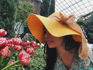 Stop and smell the roses... I mean 🌷tulips in this case.  #tulipmania #flowerdome #gardensbythebay #ootd #ootdinspired #floppyhat #qotd #quote #soonontheblog #clozette #starclozetter #clozettebloggerbabes #fashionblogger #fblogger #lifestyleblogger #lblogger #sgblogger #sgfashionblogger #influencersg #sglife #sglifestyle #igsg