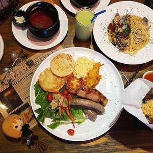 🕯🦉What sorcery is this? Cauldron soups, flaming potions, magic wands and wizards now on the blog.  Credits to @foodwanderers for the 🔥flaming.  http://lovebellavida.com/2017/06/26/platform-1094-harry-potter-cafe/  #harrypottercafe #harrypottercafesg #platform1094 #meetup #foodreview #nomnomnom #ourfoodstories #ontheblog #clozette #starclozetter #clozettebloggerbabes #lifestyleblogger #lblogger #sgblogger #BloggersUnlimited #InfluencersUnlimited #influencersg #sglife #sglifestyle #igsg