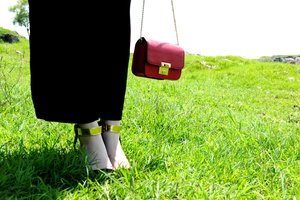 Mini and macro bags are one of the must-have item in this season. Those tiny bags that possible can only cary your phone, mini wallet, and lipstick, are so stylish and indeed fun to make a statement in your outfit.