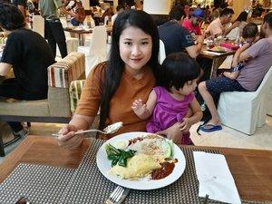 My morning breakfast with the lovess. Nasi lemak.. omelete kailan food. Miss my Abah. Semoga selamat pergi dan pulang for his Umrah journey  #lynkdotmy #thinkmarketingjustlynkit #ConcordeHotelKL  #syafierayamincom #blogger #iger #igermalaysia #BeautyBlogger  #Malaysianblogger #lifestyleblogger #lovetheraphy #art #artist #youtuber #clozette  #influencer #like4like #comment4comment #mommyblogger #ClozetteBloggerBabes  #shopmyenvicase #influencer