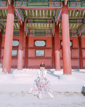 Pretending to be a princess for one day wearing a rented hanbok  at Gyeongbokgung Palace 👑🌟 . . Bored at work? You can always read my travelogues on the blog (updated every Thurs/Sun): http://bit.ly/mitsuekitravels . . #mitsuekitravels #clozette #duckyfishySEOUL #onedayhanbok #hanbokrental