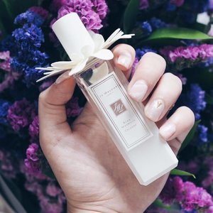 Scent of the day with my @jomalonelondon_sg Star Magnolia! Just the packaging itself was enough to win me over, thankfully this fresh floral scent is a keeper 💝 Also featuring my pretty quartz nails from @twentynailssg! x . #clozette #bbloggers #beautychat #leneynotd #notd #jomalonesg #jomalone #twentynailssg