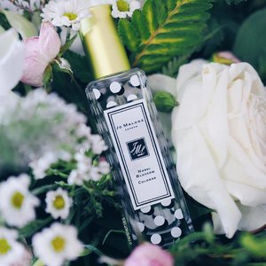 So touched when @joyceccc gifted me this #JoMalone Nashi Blossom EDT that's long been OOS in Singapore 😢😘 Deliciously floral and fresh; it starts off with lemon, moving on to pear blossom and rose notes, before ending off with white musk. A happy Spring scent that's perfect for me everyday wear, but I'm too keen on the dry down though. Shall try layering with my other #jomalonesg fragrances and see how it goes.. What are you thoughts kitties? x #clozette #bblogger #beautychat