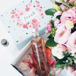 Refuse to let this stormy Sunday rain on my parade 💁🏼 I'm unboxing my new @freshbeauty Rose Deep Hydration Facial Toner, just as my current Fresh Rose Floral Toner is finishing! Infused with real rose petals, it packs the extra oomph in softening and toning my skin while soothing my recently oily turned sensitive skin. x . #clozette #bbloggers #beautychat #freshbeauty #freshbeautysg #sephorasg #sephora #sgbeauty