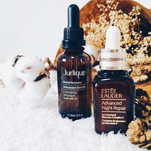 My favorite 🌜skincare combo at the moment! Being in my late 20s, it's important that I step up my anti-aging game.. so who else to trust but the holy grail ANR serum by #esteelaudersg~ Followed up with #JurliqueSg Herbal Recovery Antioxidant Face Oil - the scent itself is divine and calming. I have been experimenting around with facial oils lately and this bottle takes the cake. It absorbs almost instantly into my skin, with hardly any greasy afterfeel; allowing me to wake up to a hydrated and radiant skin that pleases me so 💗 I reckon one of the best thing when studying down under is the high amount of natural beauty brand one gets to be exposed to and appreciate. That's how I got to know about #Jurlique then and never looked back. South Aussie pride all the way ✌🏻 #clozette #bblogger #beautychat #greenbloggers #greenbloggersau