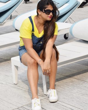 If you ever see a girl chillin by the pool with her drink, getting photos clicked and acting strange that could be me 🙋🏻 😁 Just kidding I usually smile at everyone even while I pose Side note - this look from my birthday coming on the blog today. #ootd #ootdmagazine #shootlife #lifestyleblogger #fashionblogger #fashionista #fashioninspiration #dungarees #birthday2017 #clozette #sapphireziva