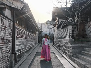 Frolicking around Bukchon Hanok Village in traditional wear and my sneakers🙈💕 . . . . . . . . . . . . . #ootdstyle #stylexstyle #clozette #clozetter #stylemacarons #styleinspo #fashioninfluencer #wearitloveit #fashionbloggerstyle #flashesofdelight #thehappynow #makeyousmilestyle #lovelysquares #lookoftheday #lookdujour #prettylittleiiinspo #darlingmovement #me #aboutalook #realoutfitgram #amblifeisbeautiful #fashiondiaries #sgfashion #fashionista #streetstyle #wiwt #ootdsg #styleblogger #fashiongram #stylegram