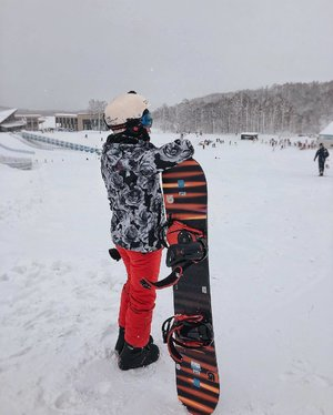 The snowboard is best controlled when held in my hands. Once my feet were strapped on, I was pretty sure it had a mind of its own. Needless to say, the gluteus maximus muscles took quite a bit of those falls. *ouch* . . . . . #clozette #hokkaido #niseko #hanazono #hanazono308 #snowboard #snowboardingproblems #japan #winterholiday #kobexcny #explorehokkaido #wanderlust #dametravler #livethelittlethings #nothingisordinary #thehappynow #visualsoflife #visualsgang