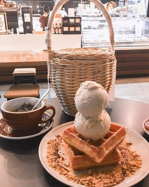 ☀️Summer must haves // Waffles Ice Cream & Basket Bag . . . . #clozette #streetstyle_singapore #stylexstyle #sginfluencer #livewithstyle #sgbeauty #ootdcampaign #styyli #igsg #sgigstyle #burrple #sgstyle #oo7d #ootdsingapore #cafesg #ootdmagazine #classyandfashionable #fashionblogger #travelblogger #chictopia #fashiongram #summer2017 #vscosingapore