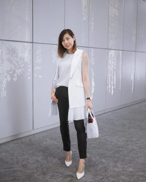 Always falling back onto the familiar monochrome. So in love with my slip on mules from @heatwaveshoeshq that sharpens any outfit. . . . .  #clozette #hwootd #hwdailyjourney #hwjourneywomen #streetstyle_singapore #stylexstyle #sginfluencer #livewithstyle #sgbeauty #ootdcampaign #styyli #vscofashion #sgigstyle #sgstyle# oo7d #ootdsingapore #lookbook #ootdmagazine #classyandfashionable #fashionblogger #travelblogger #chictopia #fashiongram #asseenonme #vscosingapore
