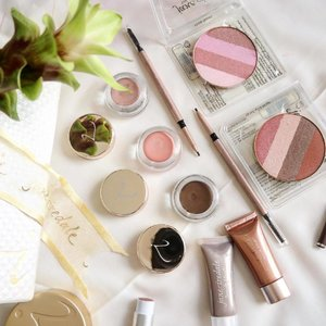"""Starting my day sorting and trying out NEW launch from #janeiredalesg , I'hv been a fan of Jane Iredale ever since I got to know it on @gossmakeupartist page , I purchased way more then what you seen here . From their smooth affair base to BB cream that's very different from what u use on the market . It's full coverage and gives the nice semi dewy skin and works as well on our humid weather too ❤️️ Back to the new launch 👇🏼 Smooth Affair  for eyes, sheer  Cream-to-powder formula works solo or as a primer  Colours: From Top Naked , petal ❤️️and iced brown  Retractable Eyebrow pencil  A fine Tip to allow a fine strokes just like the brow hair , most importantly it's waterproof and lasted me thru out the day without smudging too ✌🏼️ Lastly  Quad bronzer refill The brand Is now going green and are encouraging people to reuse their casing they got previously or you could store in a Inglot freedom palettes like what I do .  I love the Shade rose dawn , it's gives a glow to the cheeks and nice flush too . As for Sunbeam I use it as a highlight/contour to create a subtle define cheekbones.  If you're int you could check out , www.beautyresourcesstore.com & get 15% oof with the discount code: """"vinvola""""  #clozette"""