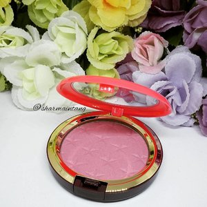 I am FINALLY using my MAC Nutcracker Collection goodies!  This Magic Dust Powder in Yum Yum Yum is a medium pink shade with a satin finish.  I applied it as a blush and it was a nice pink shade which quite subtle sparkles!  I don't really understand why its a Magic Dust Powder but for now I'm happy to use it as a blusher!  #clozette #igmakeup #instamakeup #sgmakeup #sgblogger #beautyblogger #bblogger #motw #makeuplover #makeupaddict #makeupcrazy #makeupjunkie #makeupporn #wakeupandmakeup #meccabeautyjunkie #hudabeauty #flatlay #makeuphoarder #makeupmess #makeuphaul #makeup #sephora #beatthatface #lipstickjunkieforever #mac #blusher #maccosmetics