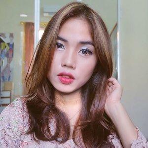 Yang lagi bingung cari inspirasi makeup buat lebaran nanti, @f2f.cosmetics barengan sama Beauty Blogger dari Bali, Bandung, Jogja, dan Surabaya lagi ngadain collab nih.. Kamu bisa cek di #F2FxBSxBBBxJBBxSBBxBdgBB buat look yang lain. Jadi ada #teamopor (nude makeup) sama #teamrendang (bold makeup)Can you guess which team I'm on with this look? 😁I'm using BB Cream, Eye Shadow, Liquid Eyeliner, Blush On, and Matte Lipstick from #face2facecosmetics ❤Review lebih lanjut untuk produknya boleh cek di windriani.web.id or you can click the link on my bio ❤#clozette #clozetteid #jogjabloggirls #bloggerjogja #beautybloggerjogja #makeup
