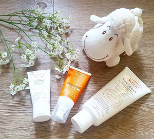 It's so hot! 🌞 I'm melting all the time. But I'm gonna try Avene's xeracalm on my reddish skin 😐 Recovery cream is great for my face when it goes red due to the heat. Remember folks, wear sunblock! Lamb lamb definitely agrees. 🌞🌞🌞 . . . . . #Avene #AveneSG #Spf50 #skincare #suncare #cream #protection #recovery #sunscreen #sunblock #thermalspringwater #skincarejunkie #beautifulskin #beauty #igsgbeauty #igsg #sgig #sgbeauty #igbeauty #outdoor #sensitive #skin #clozette
