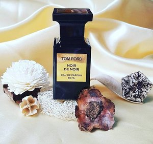 Noir De Noir by Tom Ford - from the Private Blend #Collection.  Comprising mostly from #base notes, sensual notes of #rose🌹 #vanilla, #patchouli and #agarwood (#oud) turns this into a deep, rich and heavenly #scent. Discover more on the link in my bio! 🎩 . . . . . .  #tomford #perfumes #edp #perfumejunkie #unisex #perfumeaddict #alchemist #igsg #sgig #fragrance #fragranceaddict #fragranceblogger #instablogger #instafragrance #instabeauty #instaperfume #fblogger #clozette #black #gold #sexy #noirdenoir