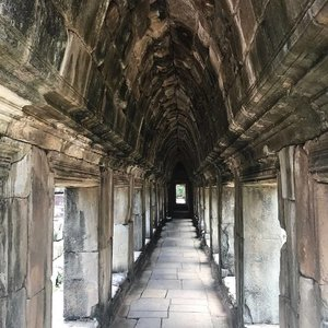 What goes beyond these high walls remain a #mystery, let's just go where it leads us... 👣 👣 👣 👣 #travellog #travelgram #traveladdict #travels #igsg #passport #angkorwat #SiemReap #cambodia #instagood #instatravel #adventures #vacation #holiday #bebesonholiday #livelifelove #temple #clozette