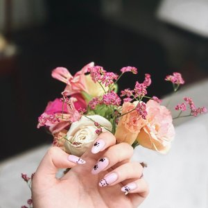 Happy Friday everyone!✨ Can't wait for next week cuz I'm having my birthday staycay! Super excited 🙊💕 Kitty cat nails by @lollipopnailssingapore @aimee1773yan 💅🏼 Get your gel mani or pedi's at $28! ❤ - #clozette #clozettesg #nails #flowers #sp