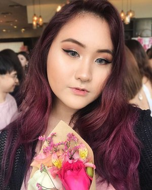 A selfie from yesterday's @clozetteco tea party! Lovin' the bouquet of flowers I chose and arranged from @cleo_singapore 🌷 . Solitica Grey Contacts from @preorders.dazzlemelens 👀 Hair: @francisandjean! Colour, cut, and get a shiseido treatment for $85, and get $5 off when you show your student pass! ❤ . #clozette #clozettesg #selfie #motd #hair #sp