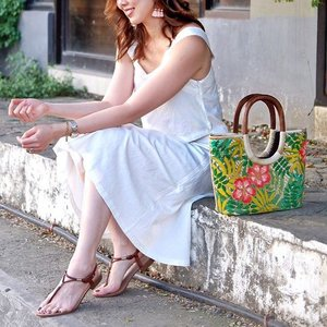 Can't wait to share with you guys the humble story of one of my favorite accessory #marialenhandpaintedbanigbag on the blog soon. Love this piece of art from @marialenpaintings new collection. Thank you @rhyngoddess for taking my photo. 😘💕Also wearing this new white coordinates from @pinkaholicclothing. #sheiloves #imapinkaholic #clozette