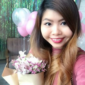 Perfect hair and flowers chosen by yours truly. What's not to love? ❤️ Hair curled by @ghd.sg and flowers arranged by @fleuriste.sg 😍 . . . . #clozette #clozetter #starclozetter #clozetteco #clozettexmeitu #meitu #mynewclozette #selfie #me #instagood #art #artsy #flowers