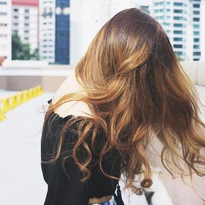 Gorgeous locks by #LiveHairStudio. ✂️ If you're looking to change up your hair this Christmas season, head to LIVE HAIR STUDIO at Far East Plaza and quote my name to get a 30% OFF CHEMICAL SERVICES! ✨ . . . . #hair #goodhairday #hairstyles #ombrehair #instagood #hairflip #artsy #art #artistic #clozette #clozetteco #hairgoals #hairdye #curls