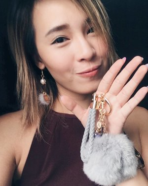 Who else matches their earrings to their bag charm??? Thank you @handmadexshopkysse for sending this over! Super therapeutic to fiddle with my fur ball. Choose from many different charms and customise your own bag charm👜  #handmadebyshopkysse #shopkysse #bagcharm #selfie #favesselfie #clozette