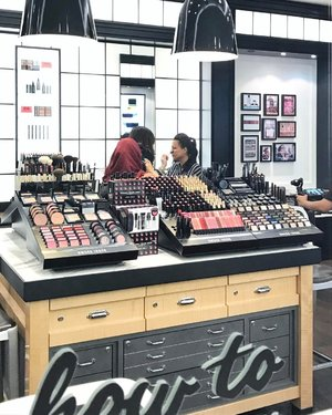 What's Diva In Me's #beautywriter, Sharon, doing in @bobbibrown #Midvalley? Stay tuned and you'll soon find out 😉 . P.S. Yee Wah, the makeup artist did a fantastic job on Sharon 👍🏻 . . #makeupartist #makeup #beauty #beautyblogger #blogger #throwback #picoftheday #tbt #bobbibrown #bobbibrownmy #kualalumpur #instadaily #instabeauty #clozette #reflection #makeupjunkie #thursday