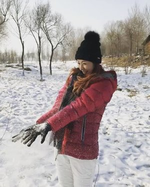 When u put a woman from the warm weather in a winter wonderland, this is what u get... Overexcited with snow!! ❄️❄️ #littlethingsthatmakemehappy . . #harbinicewonderland #winterwonderland #wintervacation #awesome #travelblogger #lifewelltravelled #blogger #clozette #divainmetravel #divagoestochina #china #harbinchina #iceandsnowworld #themepark #roadlesstraveled #winter #scenery #travelasia #passionpassport #happiness #snow #boomerang #cold #funtimes #worldofadventures #instatravel #instadaily #fashionblogger #songhuariver