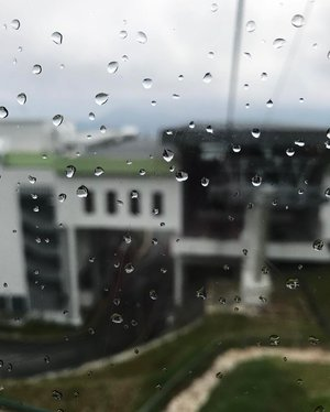Today's weather makes me feel like... going back to bed and waking up tomorrow. #mondayblues . How's yours? . . #travelblogger #monday #rainyday #rainy #weather #itsmonday #awanaskyway #gentinghighlands #clozette #gloomy #goingbacktobed #travel #malaysia #cuticutimalaysia #blogger #instadaily #instatravel #cablecar