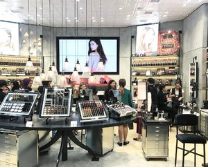 The NEW Bobbi Brown Concept Store @ Pavilion Kuala Lumpur!! . IMO, it's like a New York loft came right into KL. Very edgy! Drop by for a visit when you're in Pavilion. My feedback was, the only thing missing is a cup of coffee BUT Bobbi Brown team defended that there's actually a Nespresso machine in this store. Can u spot the machine? *Hint: it's in this pic somewhere 😁 . . #newstore #bobbibrown #bobbibrownmy #conceptstore #kualalumpur #malaysianblogger #blogger #beauty #divainmebeauty #beautyblogger #openingceremony #lipstick #makeup #makeupjunkie #colormyworld #beautiful #instadaily #instabeauty #clozette #nespresso #invitationonly #pavilionkl #bewhoyouare  #bobbibrownmalaysia