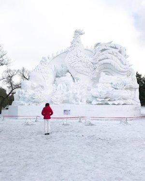 Admiring a giant cock (no pun intended) 😁 . *its a huge ice sculpture! . . #nopunintended #icesculpture #mustsee #harbin #harbinchina #harbinicewonderland #sunisland #divainmetravel #divagoestochina #travelblogger #travelasia #travel #candidcamera #clozette #onlyinchina #globetrotter #instadaily #instatravel #travelphotography #passionpassport #travelclozette