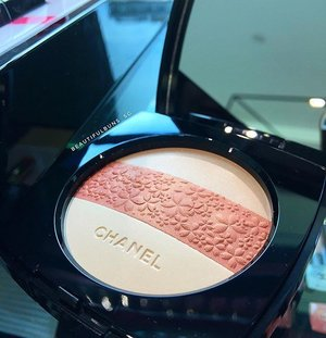 Spotted (and available for sale!) at the Coco Chanel Popup store - this limited edition beautiful face powder that can be used as a setting powder, blusher or sheer highlighting 😍 - - - #chanel #cocochanel #cocochanelpopupcafe #popup #샤넬 #beauty #beautyblog #beautyblogger #clozette  #beautyaddict #bblogger #instabeauty  #makeup #makeupjunkie #makeupaddict #makeupstash  #beautyjunkie #trendmood  #makeuphoarder #igbeauty #sgigbeauty #luxurybeauty #cococafe #powder #highlighter #blush #blusher #limitededition