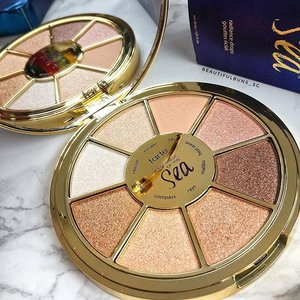 For those who aren't really feeling the orange-coral warm eye colours of this season, here's a closer look at @tartecosmetics 's Rainforest Of The Sea Palette😍 the range of wearable colours should suit most skin tones~ available at @sephorasg should you wanna channel your inner mermaid 💁🏻✨ - - - #tarte #tartecosmetics #tarteist #slaywithclay #rainforestofthesea #rainforestoftheseapalette #eyeshadow #palette #sephorasg #clozette #makeuplover #makeupstash #makeupslaves #slave2beauty #igbeauty #igmakeup #sgig #igsg #타르트