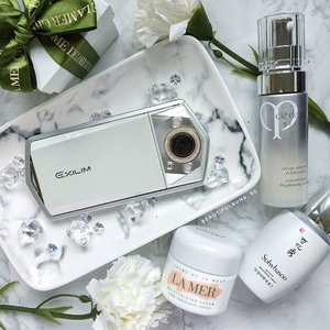 Bringing out the good stuff for my trip, which includes skincare and gadgets heh. In the unlikely case that these skincare luxuries don't help stave off the stresses brought about by long-haul red-eye flights, the Casio TR80 should do the trick with its inbuilt makeup filters 💁🏻✨ - - - #tr80 #sulwhasoo #sulwhasoosg #lamer #lamersg #cledepeau #cleadepeausg #casioexilim #luxurybeauty #beauty #beautyblog #beautyblogger #clozette  #beautyaddict #bblogger  #beautyjunkie #trendmood #skincare #skincareblogger  #igbeauty #sgigbeauty #luxury #라메르 #설화수