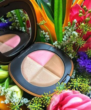 Time to rise and shine~ here's something pretty to wake up to 💁🏻 New from @elizabethardensg is this Forever Bronze Bronzing Powder ($59, brush included) that holds a highlighter, blush, contour and bronzer to use separately or together for a healthy radiant sun-kissed glow. Available in June 2017 (just a couple more days to go!) ☀️😎 - - - #elizabetharden #elizabethardensg #tropicalescape #bronzer #highlight #blush #compact #beauty #beautyblog #beautyblogger #clozette  #beautyaddict #bblogger #instabeauty  #makeup #makeupjunkie #makeupaddict #makeupstash  #beautyjunkie #trendmood #makeuphoarder #igbeauty #sgigbeauty #tropicalflowers #birdofparadise